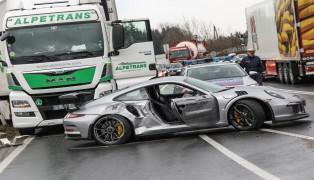 Crash zwischen teurem Sportwagen und LKW in Sattledt