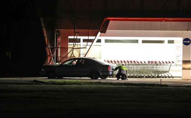 Auto kracht gegen Fassade eines Geschäftes in Wels-Pernau