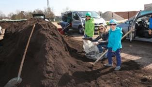 Großer Andrang um kostenlosen Qualitätskompost der Energie AG in Wels-Schafwiesen