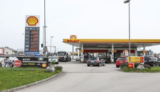 Fahndungsfotos nach bewaffnetem Überfall auf Tankstelle in Traun veröffentlicht