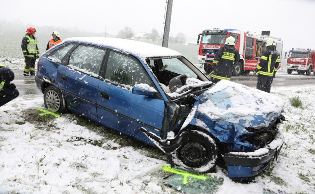 Auto kollidiert bei winterlichen Fahrverhältnissen in Sattledt frontal mit Traktor