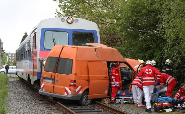 Kleintransporter auf Bahnübergang in Wels von Triebwagen der Almtalbahn erfasst
