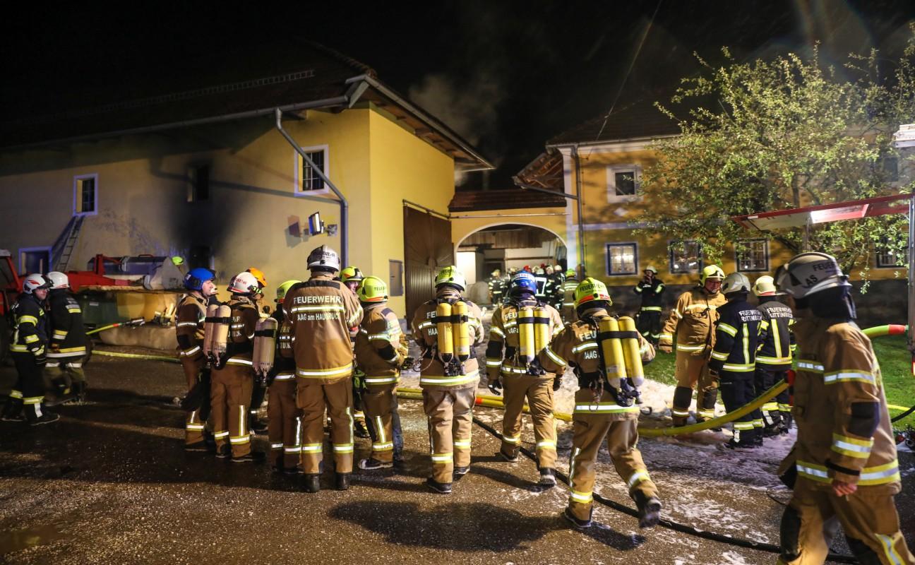 Drei Feuerwehren bei Garagenbrand auf einem Bauernhof in Rottenbach in Einsatz   laumat at - laumat at