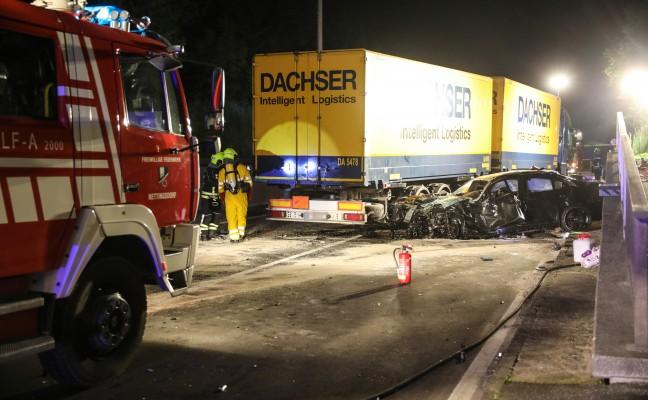 PKW-Lenker bei schwerem Crash mit Gefahrgut-LKW in Ansfelden im Auto eingeklemmt