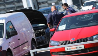 Autoteile auf Parkplatz eines Autohauses in Wels-Schafwiesen über Nacht ausgebaut