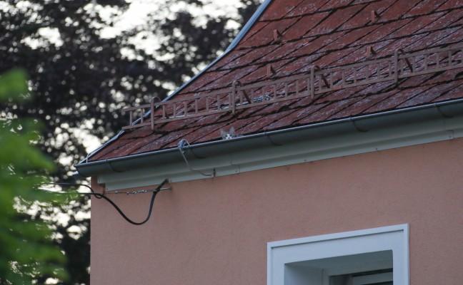 Verängstigtes Kätzchen durch Feuerwehr vom Dach eines Hauses in Wels-Vogelweide gerettet