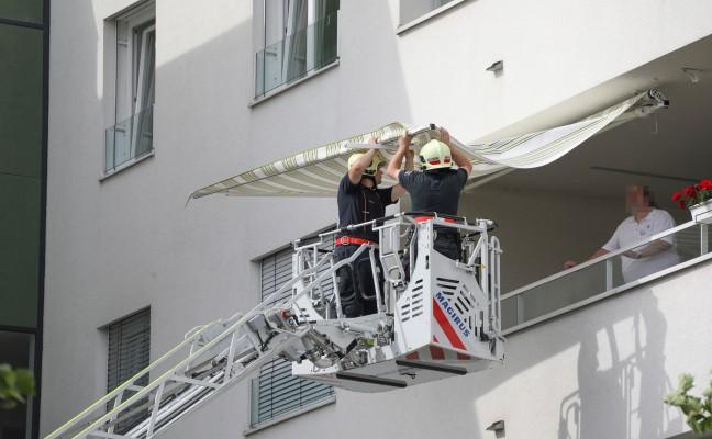 Feuerwehr sicherte beschädigte Sonnenmarkise vor starken Windböen