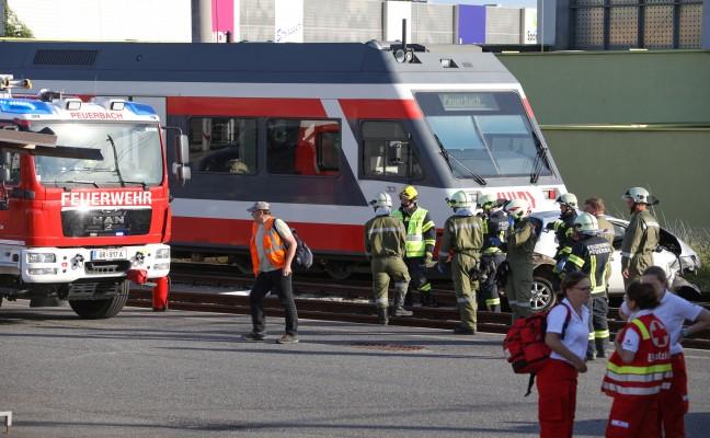 Autolenkerin stirbt bei Kollision mit Lokalbahn auf Bahnübergang in Peuerbach