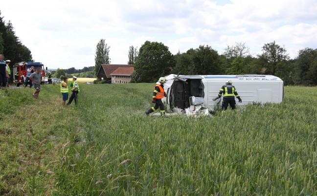 Schwerer Verkehrsunfall mit Kleintransporter auf der Innviertler Straße in Riedau