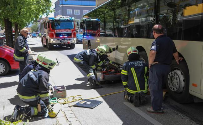 Junger Lenker unverletzt: Motorrad bei Unfall in Wels-Innenstadt unter Bus eingeklemmt