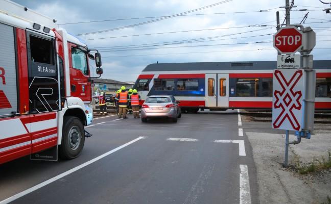Crash mit Regionalzug auf Bahnübergang in Alkoven endet glimpflich