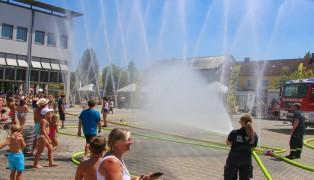 Abkühlung durch die Feuerwehr beim Life Radio-Splashmob in Marchtrenk