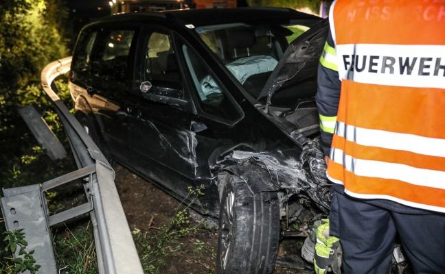 Alkoholisierter Autolenker kracht in Weißkirchen an der Traun gegen Leitschiene