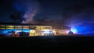 Großeinsatz der Feuerwehren bei Brand eines Gewerbebetriebs in Schlatt