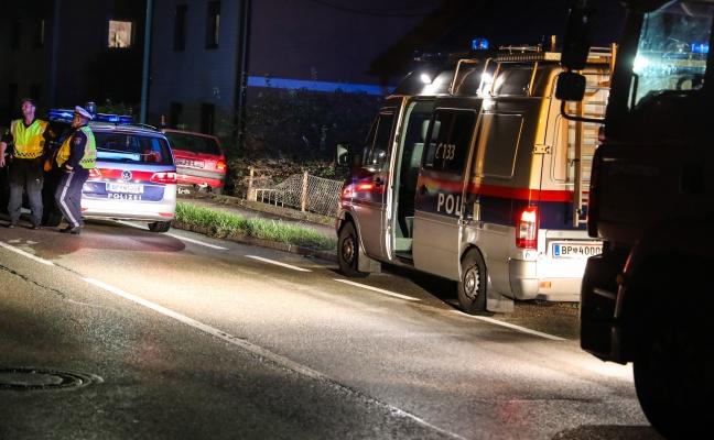 Auto stand nach Verkehrsunfall in Wels-Puchberg unter Strom