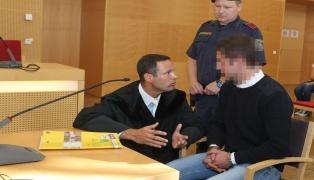 13 Jahre Haft für Angeklagten (25) nach Attacke mit Messer auf Lokalbesucherin in Wels