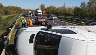 Schwerer Crash mit drei Fahrzeugen auf der Welser Autobahn bei Pucking fordert zwei Verletzte