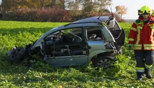 Mopedauto überschlug sich bei Pasching nach Unfall in angrenzendes Feld