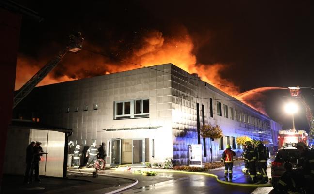 Großbrand eines Gewerbebetriebes in Traun