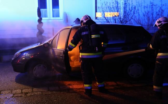 Brand im Innenraum eines Fahrzeuges in Wels-Pernau rasch gelöscht