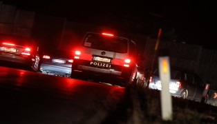 PKW-Insassen während Fahrt mit Waffe bedroht
