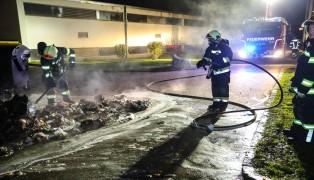 Brand eines Müllcontainers in Wels-Lichtenegg sorgt für Einsatz der Feuerwehr