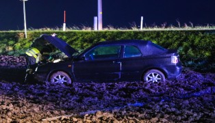 Auto in Thalheim bei Wels von Straße abgekommen und im Feld gelandet