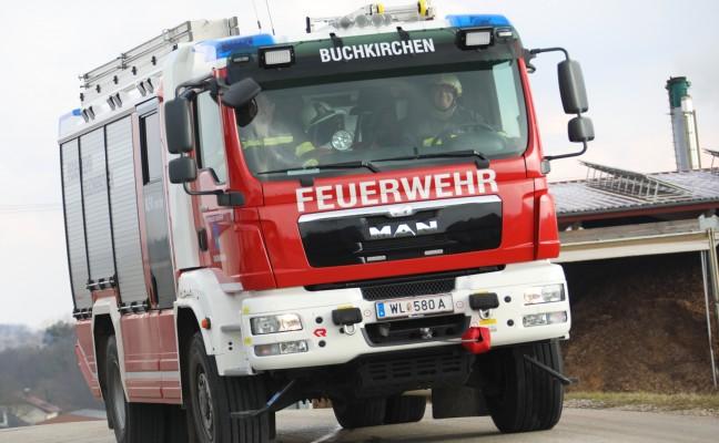 Feuerwehr bei PKW-Brand in Buchkirchen im Einsatz