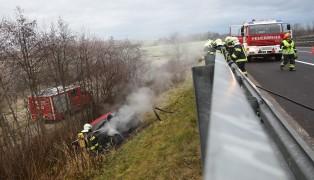 Auto nach Unfall auf der Innkreisautobahn bei Meggenhofen in Brand