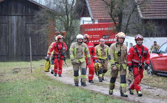 Höhenretter der Feuerwehr bei Personenrettung in Mehrnbach im Einsatz