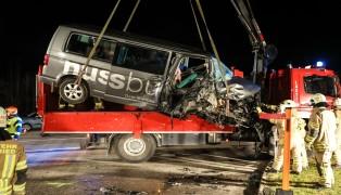 Schwerer Verkehrsunfall zwischen zwei Kleinbussen fordert zehn Verletzte