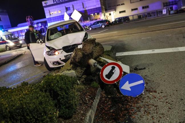 Kollision mit Fahrbahnteiler in Wels-Lichtenegg endet mit größerem Sachschaden