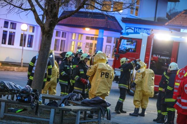 Chlorgasaustritt im Hallenbad in Molln sorgt für Gefahrstoffeinsatz der Feuerwehr