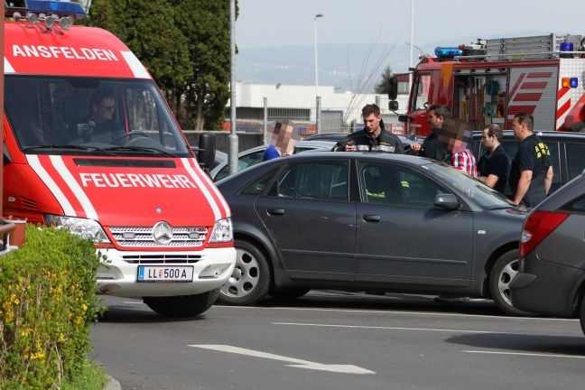 Kleines Kind auf Parkplatz in Ansfelden wegen Defekt im Auto eingeschlossen