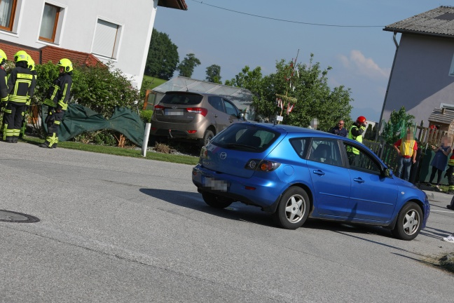 Auto landet nach Kreuzungscrash bei Steinerkirchen an der Traun in Gartentor