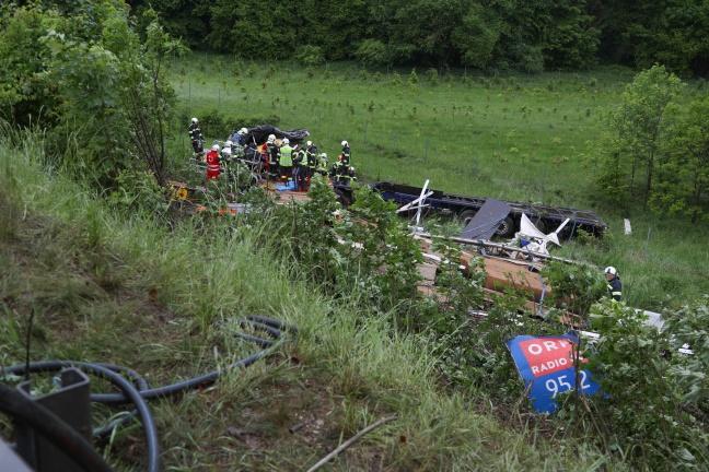 LKW bei Verkehrsunfall auf der Westautobahn in Ohlsdorf über Böschung gestürzt