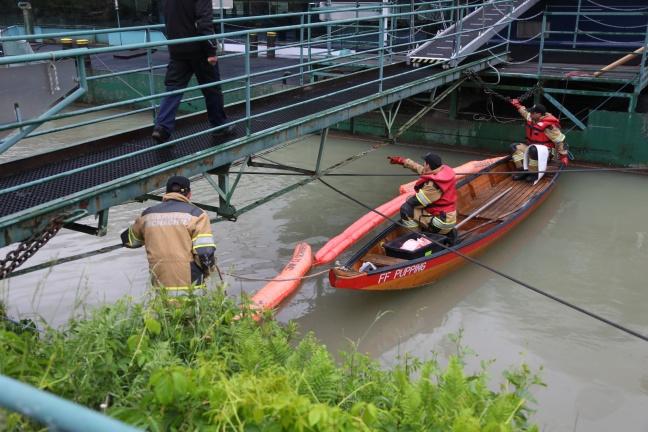 Kilometerlanger Ölteppich auf Donau sorgt für Einsätze der Feuerwehren