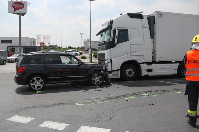Kollision zwischen LKW und zwei PKW in Pasching fordert vier Verletzte