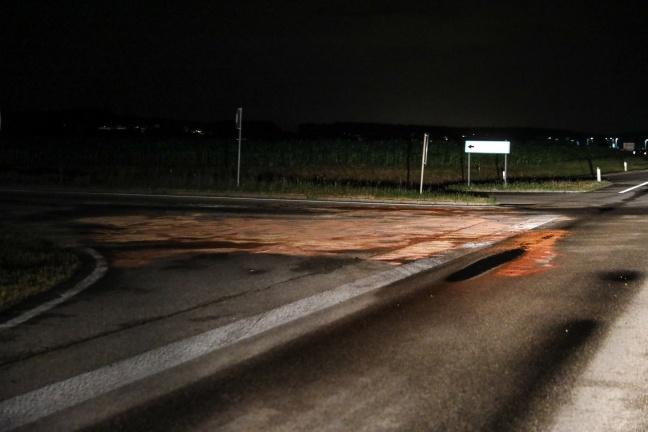 Aufräumarbeiten nach Verkehrsunfall auf Wiener Straße