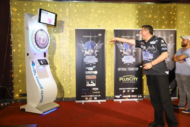 Dartstar Mensur Suljovic präsentiert Start einer völlig neuen E-Dart-Serie