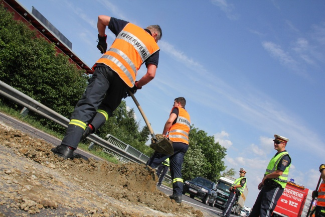 Verlorener Erdhaufen blockierte Wiener Straße bei Marchtrenk