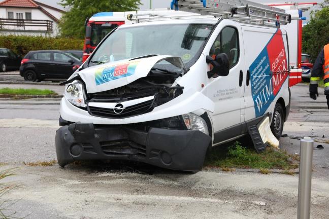 Verkehrsunfall zwischen PKW und Kleintransporter in Wels-Lichtenegg