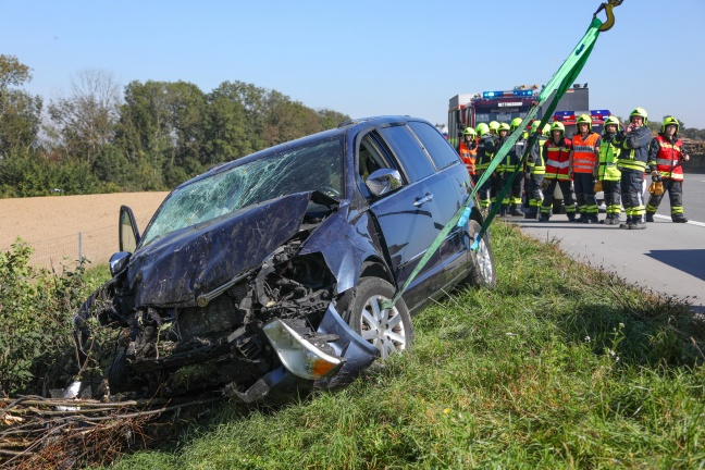 Auto auf Westautobahn bei Pucking von Fahrbahn abgekommen und in Sträuchern gelandet