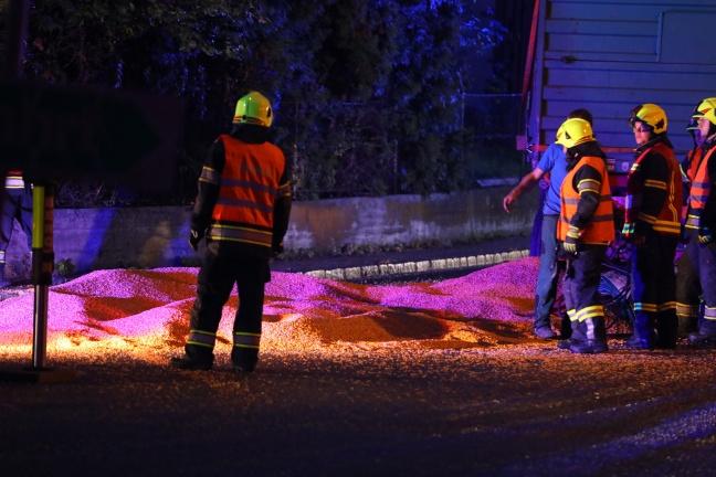 Traktorgespann bei Maistransport in Alkoven verunfallt