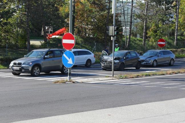 Stau nach Auffahrunfall mit drei beteiligten Fahrzeugen in Wels-Neustadt