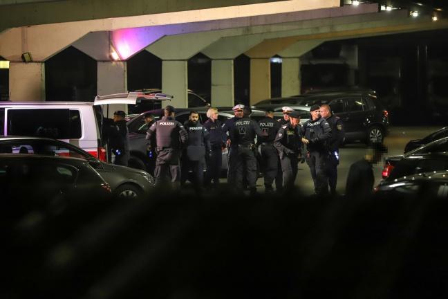 Großeinsatz der Polizei nach Schüssen vor Discothek in Wels-Pernau
