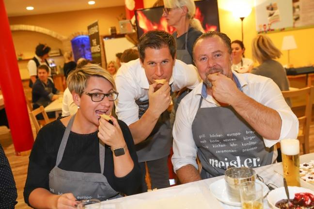 Rekordzeit beim Backen mit vielen bekannten Gesichtern für Kekserlmarkt am Kumplgut in Wels