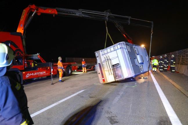 Wohnmobil auf Westautobahn bei Sattledt nach Crash mit Kleinbus umgestürzt