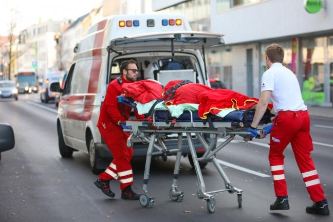 Person bei Streit auf offener Straße in Wels-Innenstadt schwer verletzt