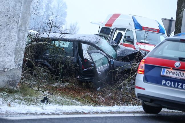 Autolenker (49) bei Kollision mit Baum in Prambachkirchen tödlich verletzt
